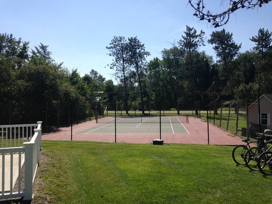 Stowe Motel & Snowdrift : Fairly well kept tennis court (balls/rackets provided for free)