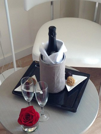 Protur Playa Cala Millor Hotel: Champagne in room on arrival