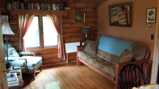 Blue Heron Farm: Log cabin living room