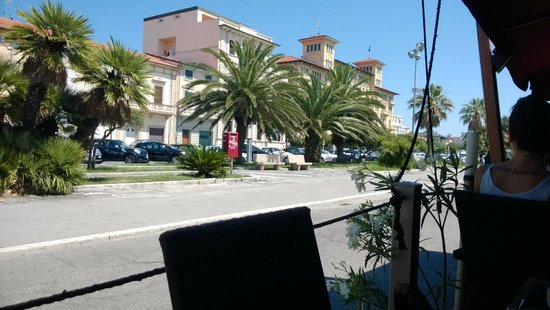 """Il Marcantonio: Vista de la Avenida Carducci y el """"Grand Hotel Royal"""" desde el deck de madera"""