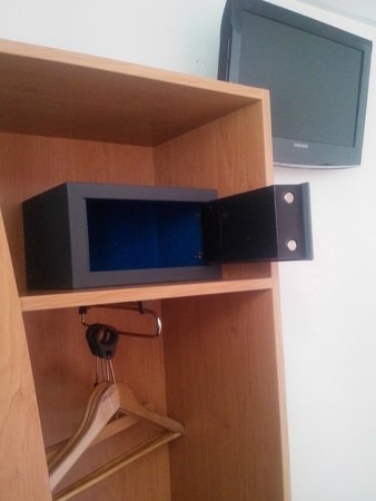 Meridional Hotel: Comodissima cassetta di sicurezza con chiusura elettronica, inserita in un angolo dell'armadio