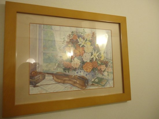Toyoko Inn Chubu Kokusaikuko Orange Side: 部屋に飾ってある絵画