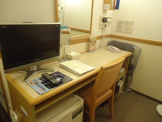 Toyoko Inn Chubu Kokusaikuko Orange Side: テーブル、テレビ、鏡