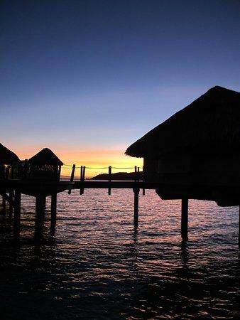 Le Taha'a Island Resort & Spa: un tramonto dal pontile