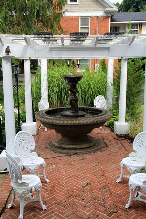 Bluefield Inn: Side courtyard