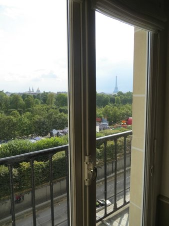 Hotel Brighton - Esprit de France: This is a picture from inside the room of the right balcony with views of the Eiffel Tower.