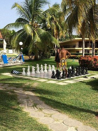 Jewel Dunn's River Beach Resort & Spa: Outdoor chess board in between pools