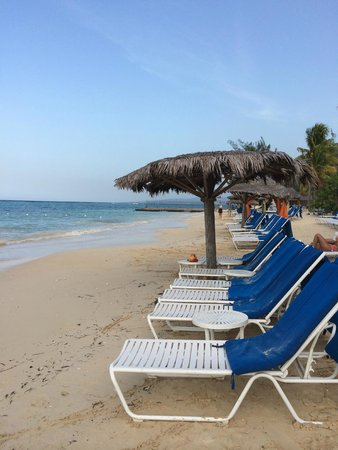 Jewel Dunn's River Beach Resort & Spa, Ocho Rios,Curio Collection by Hilton: Beach around 3pm. Almost empty!