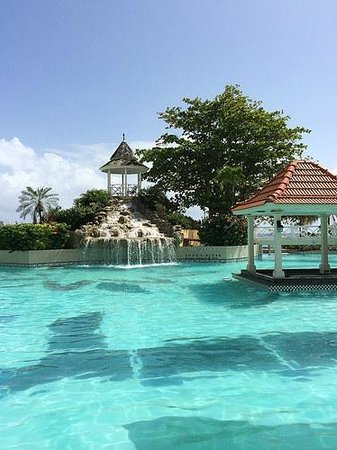 Jewel Dunn's River Beach Resort & Spa: Main pool waterfall.