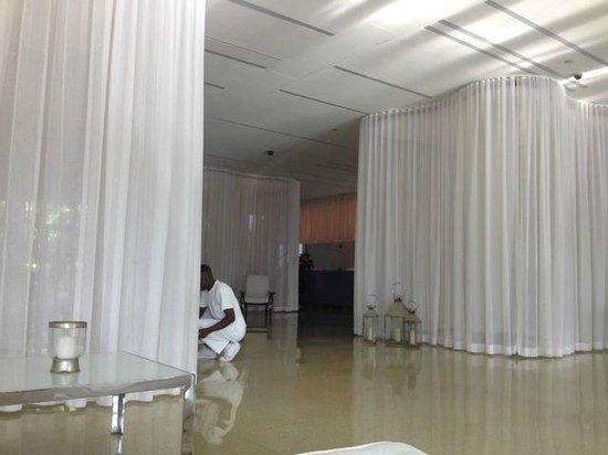 Shore Club South Beach Hotel: Entering the lobby