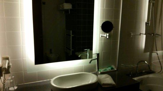Safir Hotel Casino: Bagno con vasca