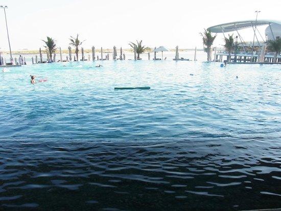 Jumeirah at Etihad Towers: この向こうにこじんまりとしたビーチがあります。タオルも貸してくれます