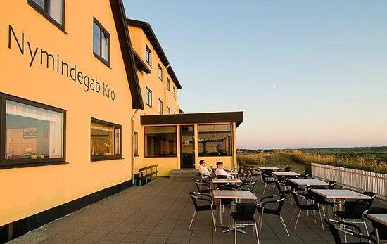 Nymindegab Kro : Solnedgangen nydes på terrassen.