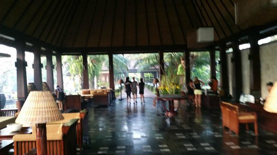 Rama Candidasa Resort & Spa: Walking to breakfast