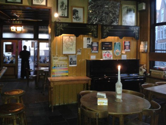 De Mug : interno sala pub