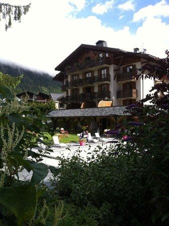 Hotel L'Oustalet: Foto desde el jardín