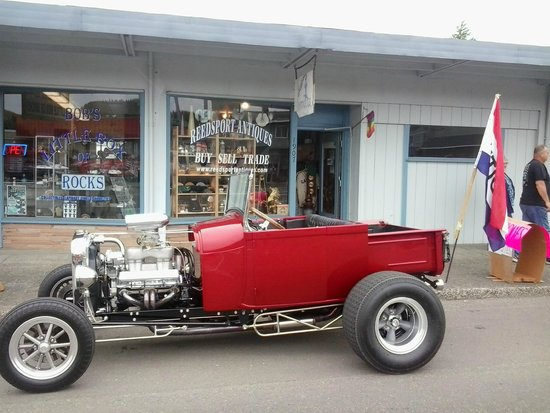 A hot rod parked in front of Reedsport Antiques