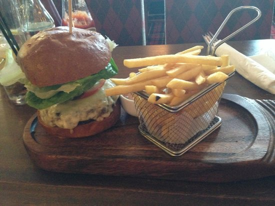 Macdonald Loch Rannoch Hotel: 200g Beef and Cheese Burger and Chips