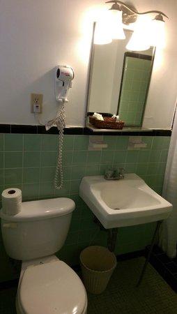 Colonial Inn: Small but clean bathroom