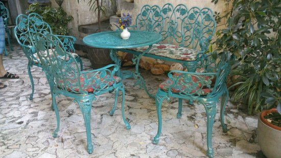 Ceainaria Infinitea: Table in the garden