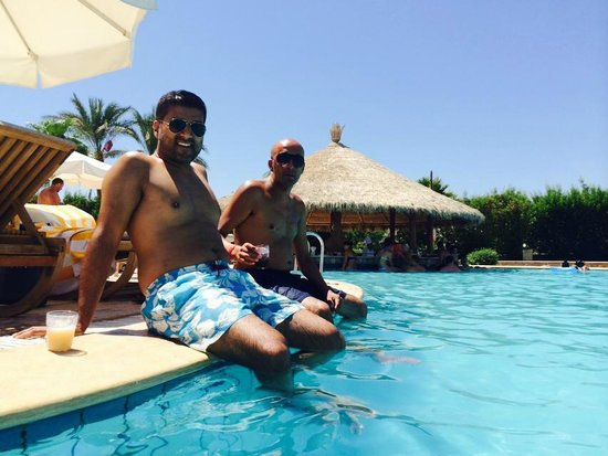 Hilton Sharm Waterfalls Resort: By the pool with friend