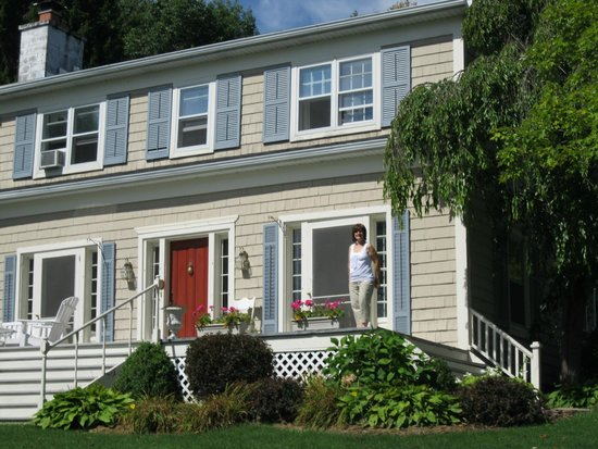 Bed and Breakfast Onanda by the Lake: The front of the B&B