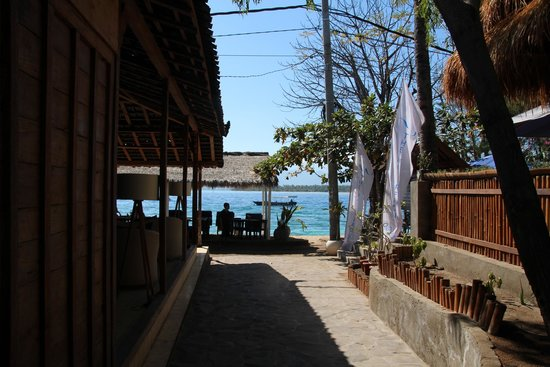 Manta Dive Gili Air Resort: View to the ocean with the bar and dive shop either side