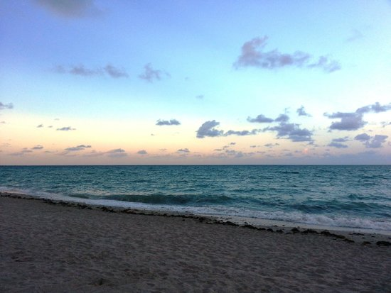 Acqualina Resort & Spa on the Beach: Atardecer en la playa del hotel