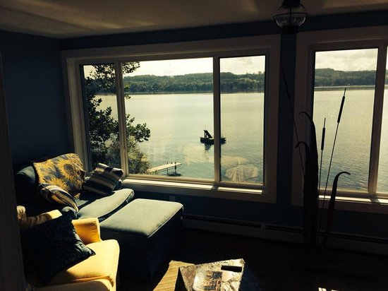 Steamboat Castle Bed & Breakfast : looking out over the lake from the lounging room
