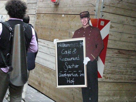 Café-Restaurant Sacher Innsbruck: Locandina Esterna