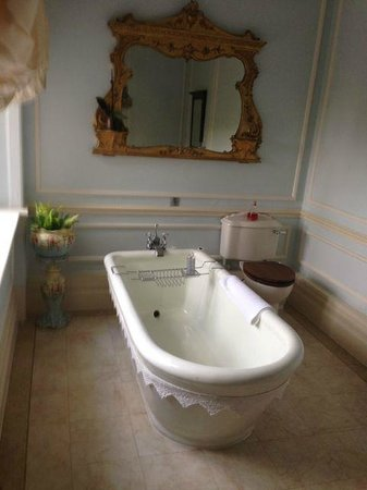 Thurnham Keep Country House B&B: Our bathroom - terrific!