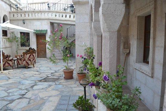 Nature Park Cave Hotel: Ingresso sul piazzale che congiunge l'entrata con le camere