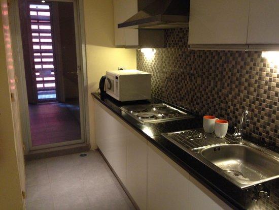 Bandara Suites Silom, Bangkok: The kitchen