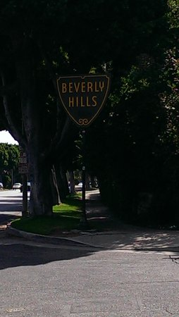 A Day in LA Tours : entry of Beverly hills.