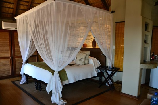Impodimo Game Lodge: Huge, canopied bed
