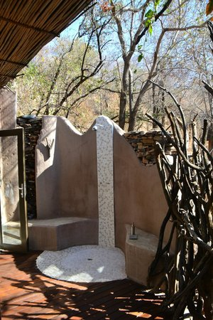 Impodimo Game Lodge : Outdoor shower - the only onlookers may be elephants!