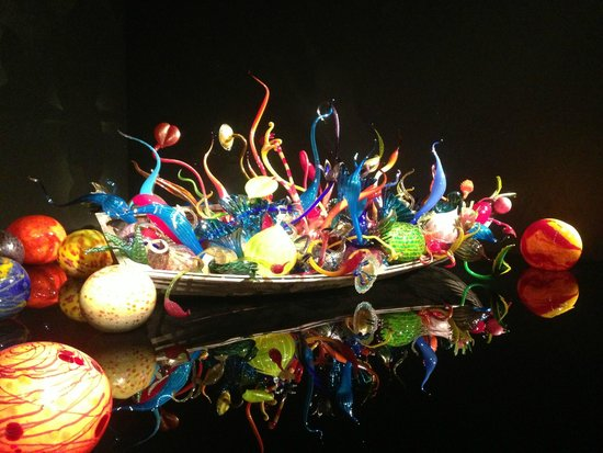 Jardín y cristal Chihuly: Boat filled with sea life in the Exhitbition Hall