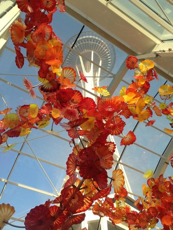Jardín y cristal Chihuly: The Space Needle as seen through the Glass House