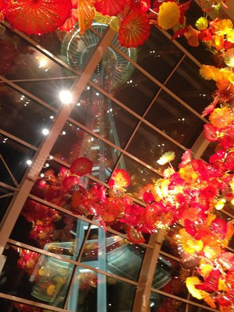 Jardín y cristal Chihuly: The Space Needle as seen through the Glass House at nite