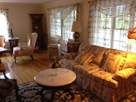 Schroon Lake Bed and Breakfast: Liiving room
