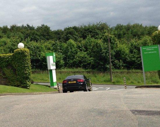 Holiday Inn Leeds Brighouse : Bollards at car park entrance