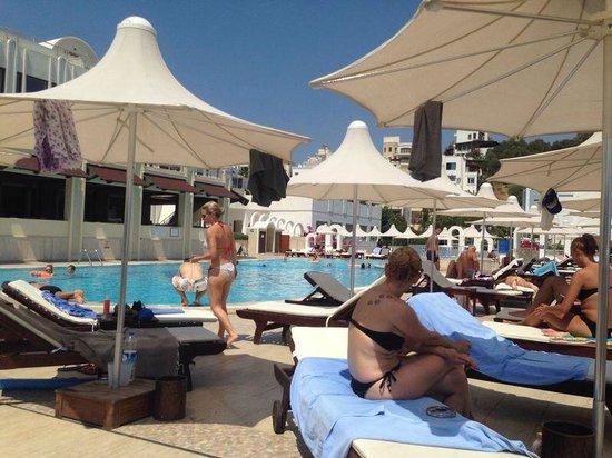 Azka Otel : piscina