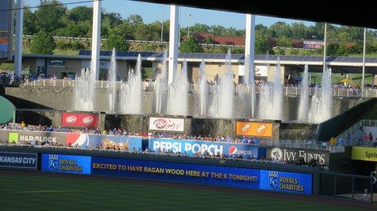 Kauffman Stadium : Fountains in daylight