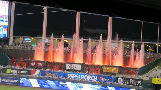Kauffman Stadium : Fountains at night