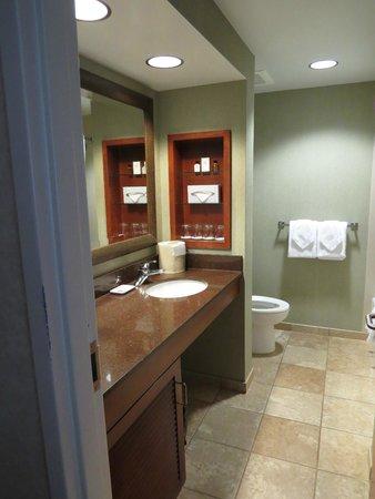 Hale Koa Hotel: oversize bathroom