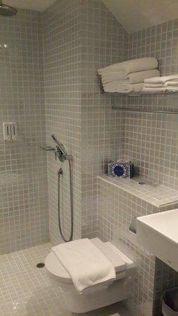 The Porcelain Hotel: Bath room at tripple executive room