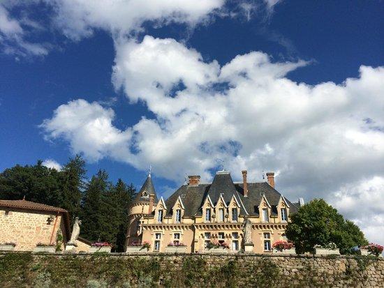 Chateau d'Urbilhac : vue du château de la piscine