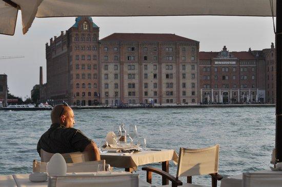 Riviera : Blick vom Tisch über den Giudecca-Kanal zum Hilton Hotel
