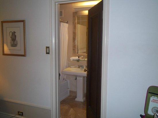 Fairmont Hotel Vancouver: View towards the bathroom