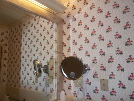 Fairmont Hotel Vancouver: Wallpaper in the bathroom